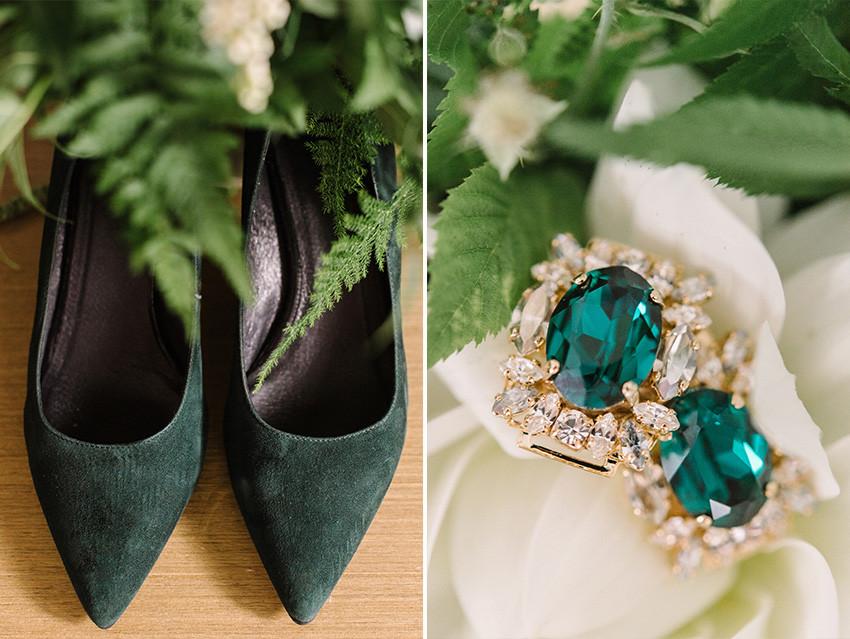 buty i kolczyki na ślub z motywem greenery butelkowej zieleni