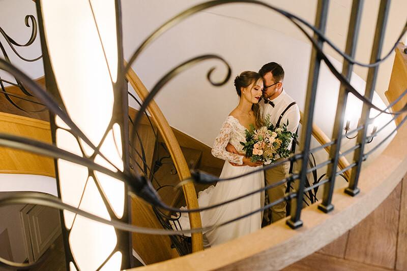 sesja ślubna na schodach dworku separowo