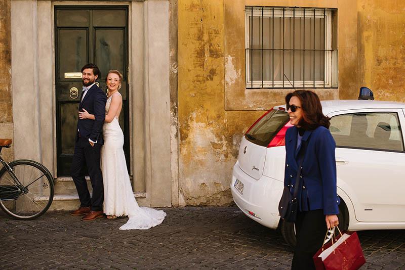 para młoda podczas sesji zdjęciowej w Rzymie