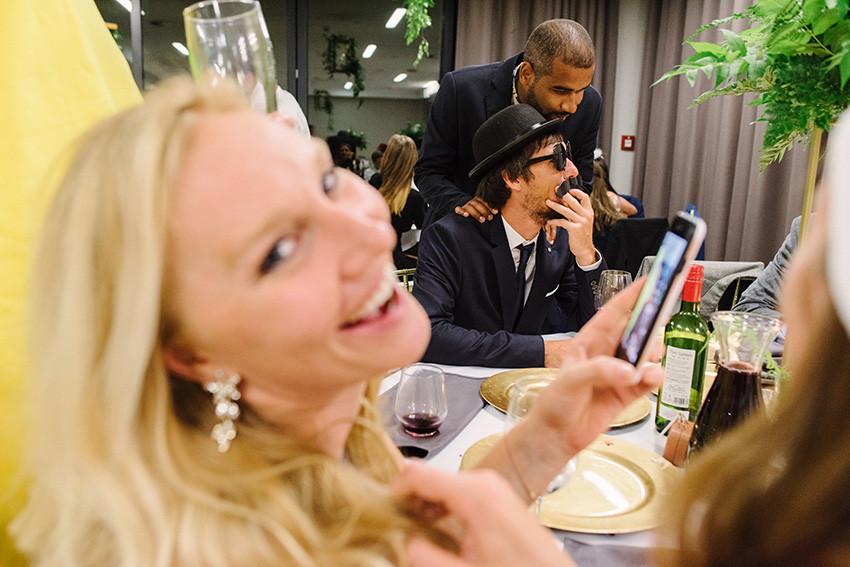 goście weselni przy stole