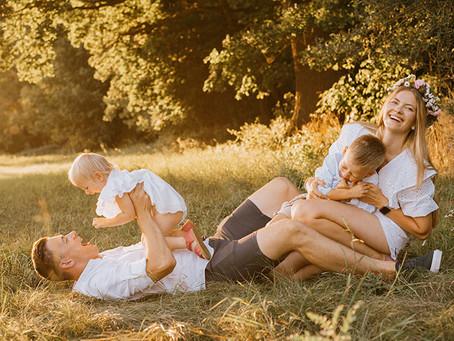 Rodzinna sesja w promieniach zachodzącego słońca | Fotograf rodzinny Puszczykowo