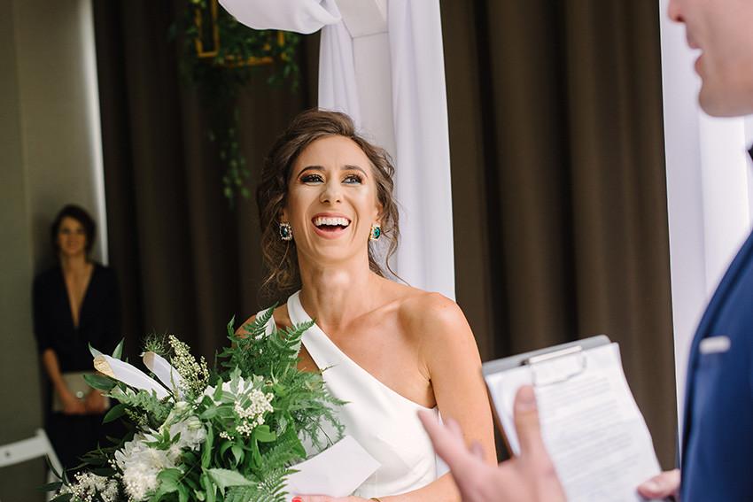 panna młoda w sukni ślubnej od violi piekut
