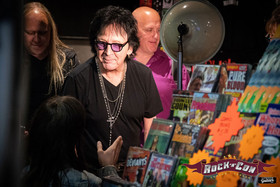 Peter Criss chatting with fans