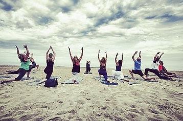 Yoga les op het strand van Bloemendaal aan Zee
