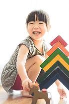 積み木をする女の子