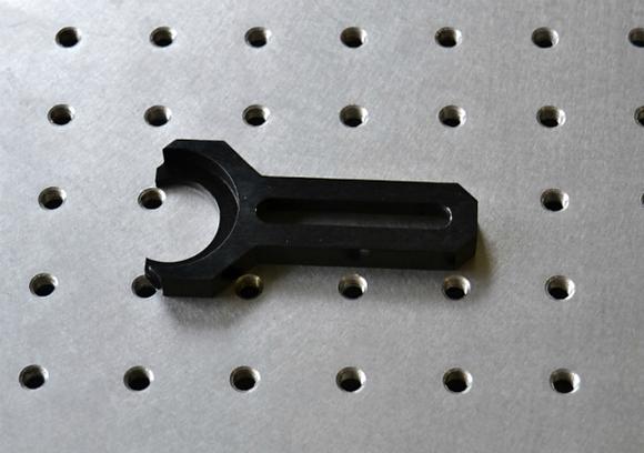 Bride de serrage pour pied magnétique léger