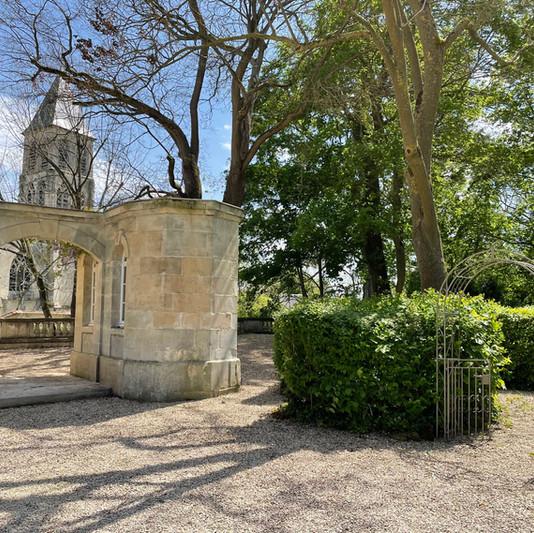 Vue église depuis le parc du Château de Précy
