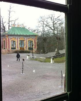 uitzicht door venster op pavilioen.jpg