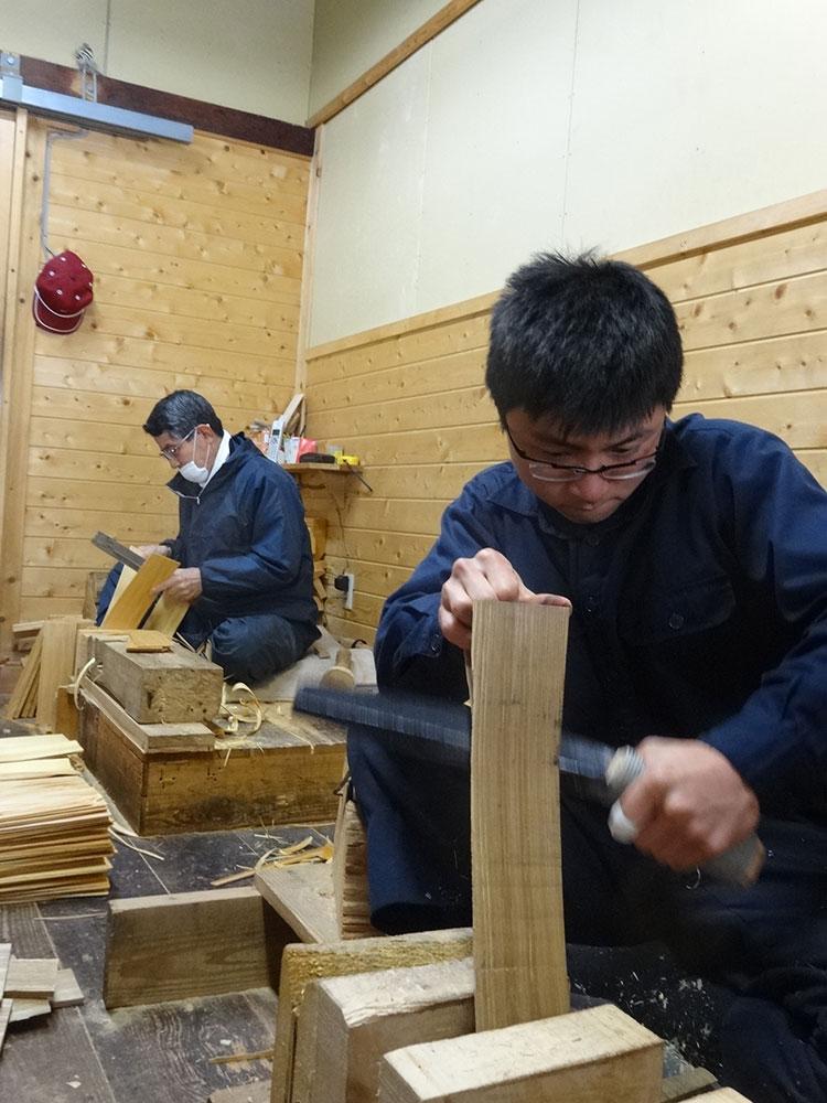 ベテランと若手が隣同志に並び、技を学ぶ