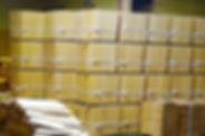 一枚一枚手作業でうまれた「こけら板」は、屋根葺き職人へと引き継がれる