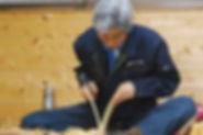 手作業で板を割る(へぐ)ことで生まれる「こけら板」