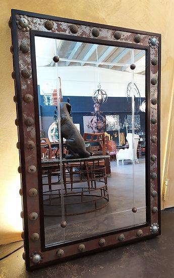 Grande specchiera vintage in legno e ferro borchiato
