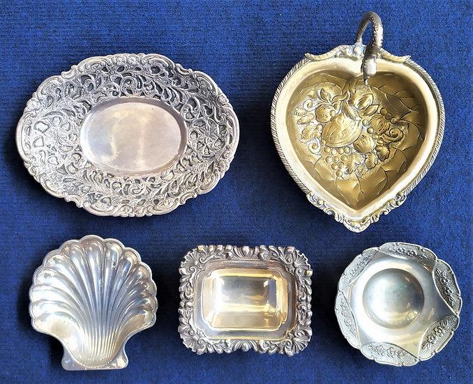 5 complementi da tavola in metallo argentato e ottone - Italia XX sec.