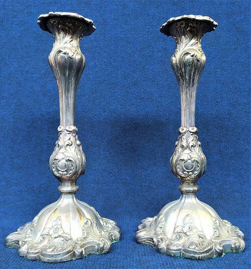 Coppia candelieri Luigi Filippo in metallo argentato sbalzato - Italia XIX sec.