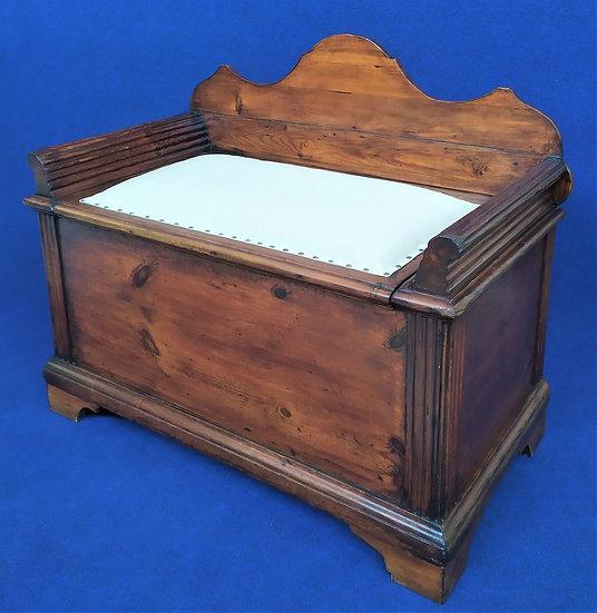Cassapanca in legno con seduta imbottita - Italia XVIII sec.