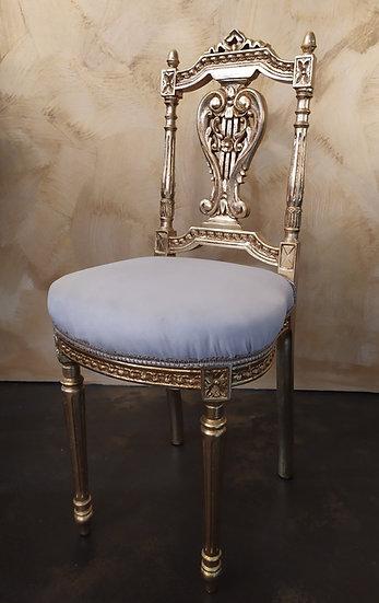Music chair in legno dorato