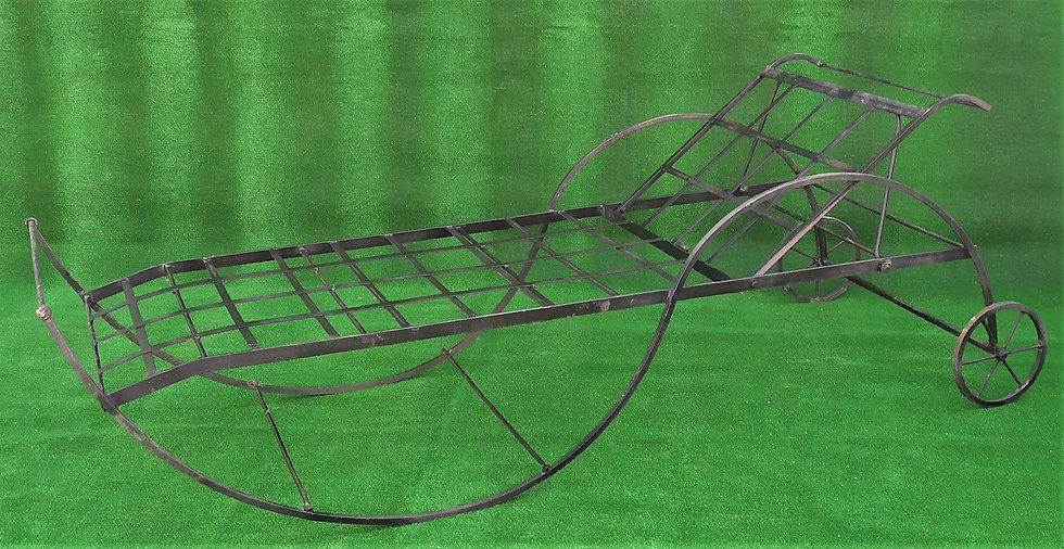 Lettino in ferro battuto con ruote e schienale basculante