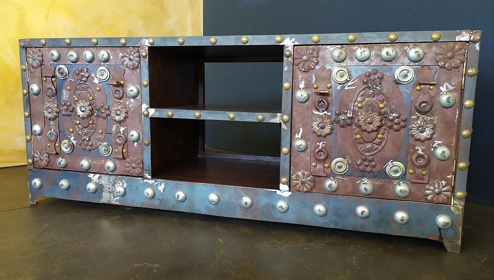 Credenza vintage in legno e ferro borchiato