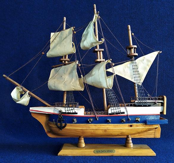 """Veliero """"Golden Hind"""" in legno policromo e stoffa - cm 43 h - Italia XX sec."""