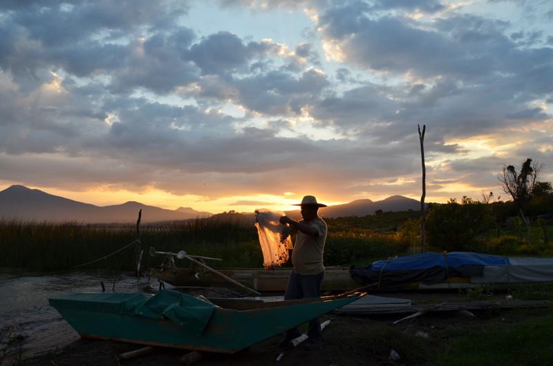 Vidal Campos prepara las redes para la pesca nocturna en el Lago de Patzcuaro // Vidal Campos prepares the nets to fish over night in Lake Patzcuaro