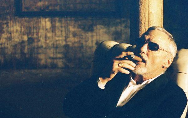 smoking_cigars_dennis_hopper_1_1680x1050_vehiclehi.com