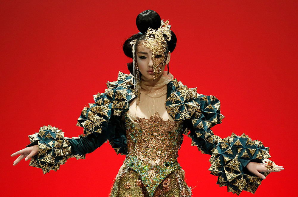 """A model presents a creation by Chinese designer Guo Pei in """"The Arabian 1002th Night"""" show during Fashion Week in Singapore.  (Edgar Su/Reuters photo)"""