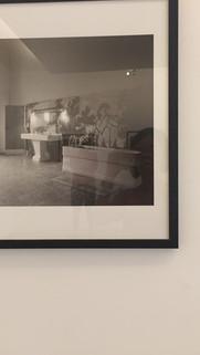 Jacqueline Roque se recoiffant dans la salle de bain du Château de Vauvenatgues/ Pablo Picasso