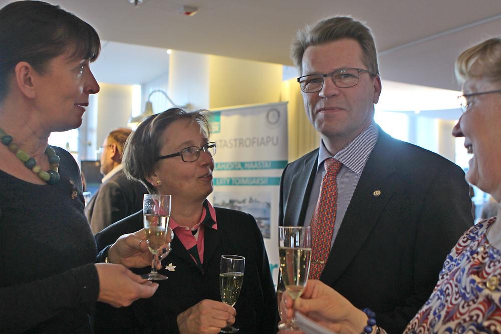 Rotarypiirin 1420 tuleva kuvernööri Markku Stenval tuli myös mukaan näytöstä katsomaan ja tukemaan