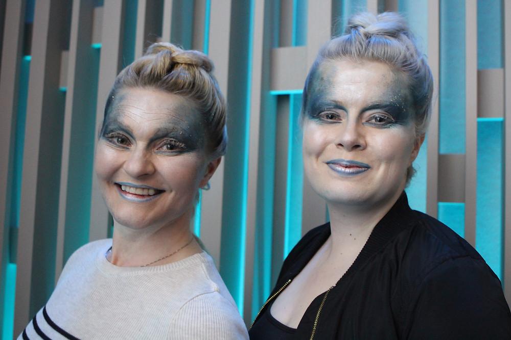 Oopperan maskeeraaja maalasi upeat meikit Amandojen kasvoille.