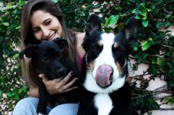 Carol e seus cachorros adotados