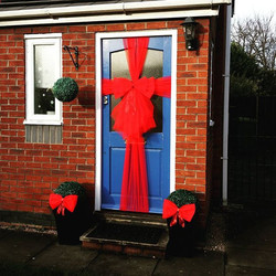 Classic double red bow, with matching mini bows for planters 🎀🎀🎀_#doorbowsliverpool #doorbow #doo