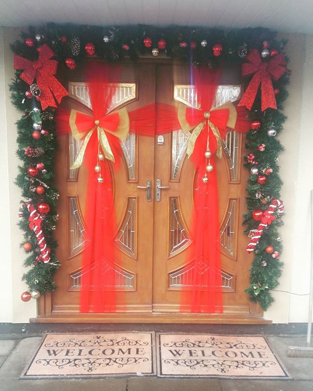 Traditional red and gold ❤🎄❤_#doorbowsliverpool #doorbow #doorbows #reddoorbow #redChristmas #liver