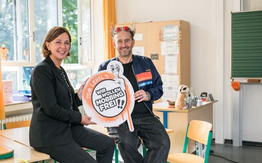 NRW-Schulministerin Yvonne Gebauer und Tom Lehel; KGS Hermann-Gmeiner-Schule Düsseldorf, Tourstart 02.09.2021