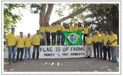 Em frente a lendária Flag Is Up Farm