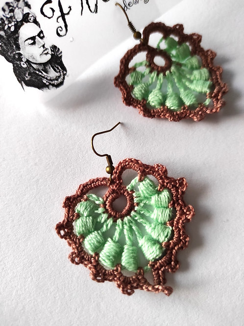 Brincos compridos em crochet verde água e castanho
