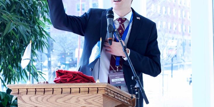 Teddy Saull giving a speech at the MACMUN 2016 closing ceremonies