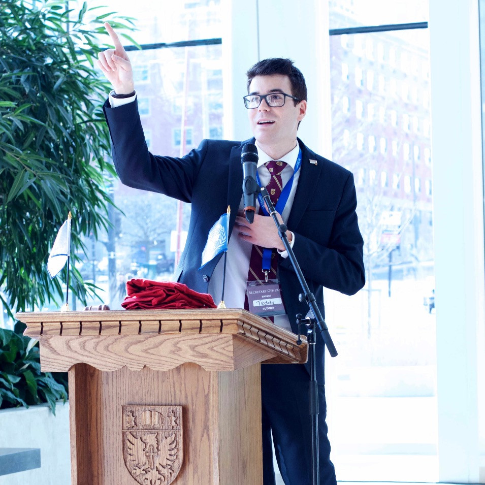 Teddy Saull giving a speech at the MACMUN 2016 closing ceremonies