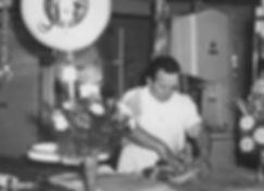 Adolfo Goggi preparando un pedido en su primera carnicería