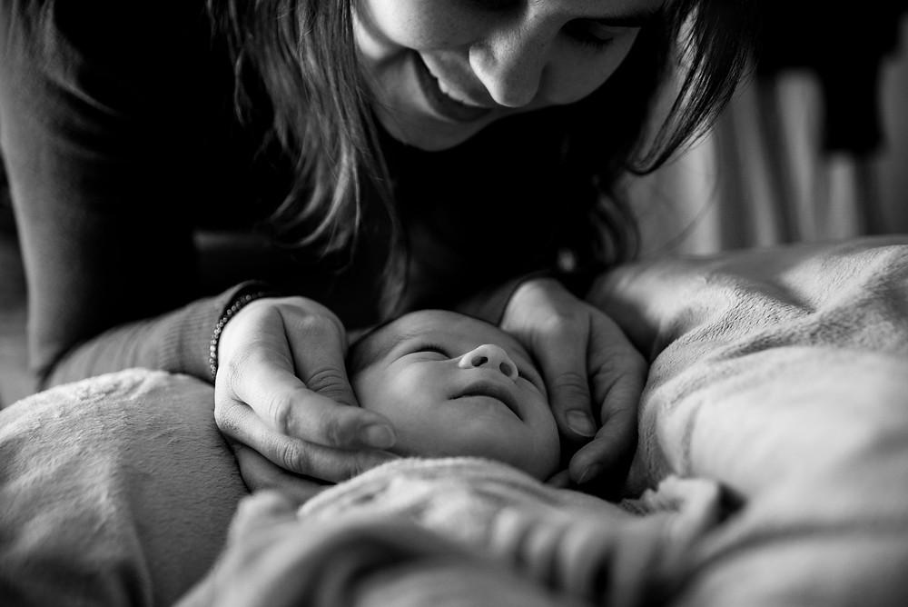 regard d'un nouveau-né sur sa maman