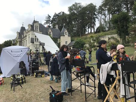 """""""Emily in Paris"""" : dans les coulisses du tournage au château de Sonnay et à l'hôtel du Grand Veneur"""