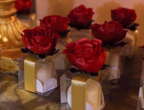 caixinha básica em acetato com rosa em cetim e faixa de cetim