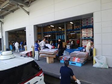 救援物資梱包箱の入れ替え作業