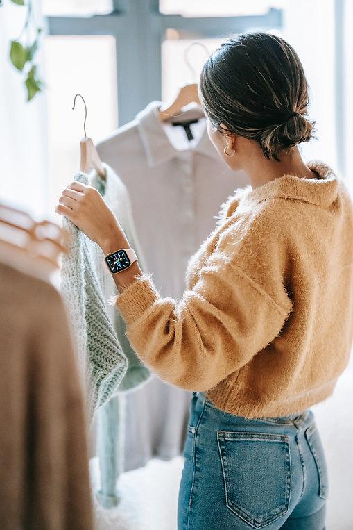 femme pull laine beige et jeans.jpg