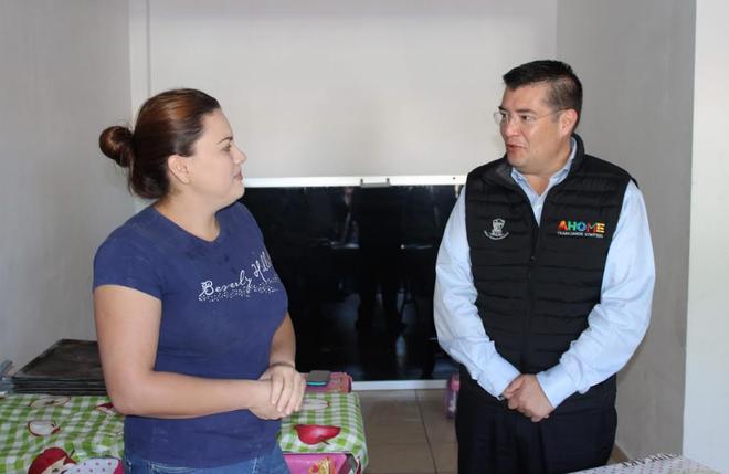 Entrega Álvaro Ruelas horno a Taina Cervantes de la Panadería Pan de Mujer Belisario.