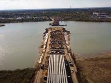При строительстве моста Сухо-Соленовский залив наполовину перекрыли дамбой