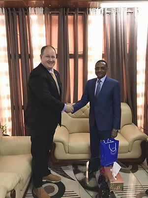 Daniel Schaer koos Tšaadi välisministri Mahamat Zene Cherif'iga.