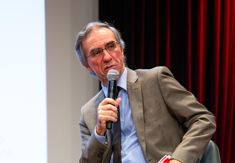 Roberto Caetano como moderador da mesa 01