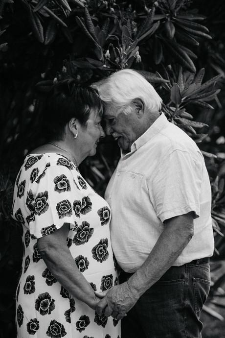 Pariskuntakuvaus, vanhempi pariskunta, tampere, pirkanmaa, rakkauskuvaus, kihlakuvaus, miljöössä, parikuvaus,