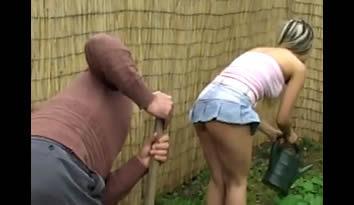 Ficou de butuca na filha novinha da empregada e a fez pegar no seu pau