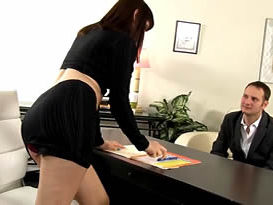 Chefe safada intimou o funcionário a chupar sua buceta e a fudê-la em todas as posições